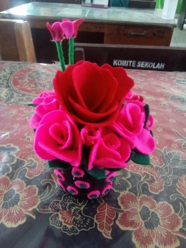 Karya siswa berupa bunga dari kain flanel 1